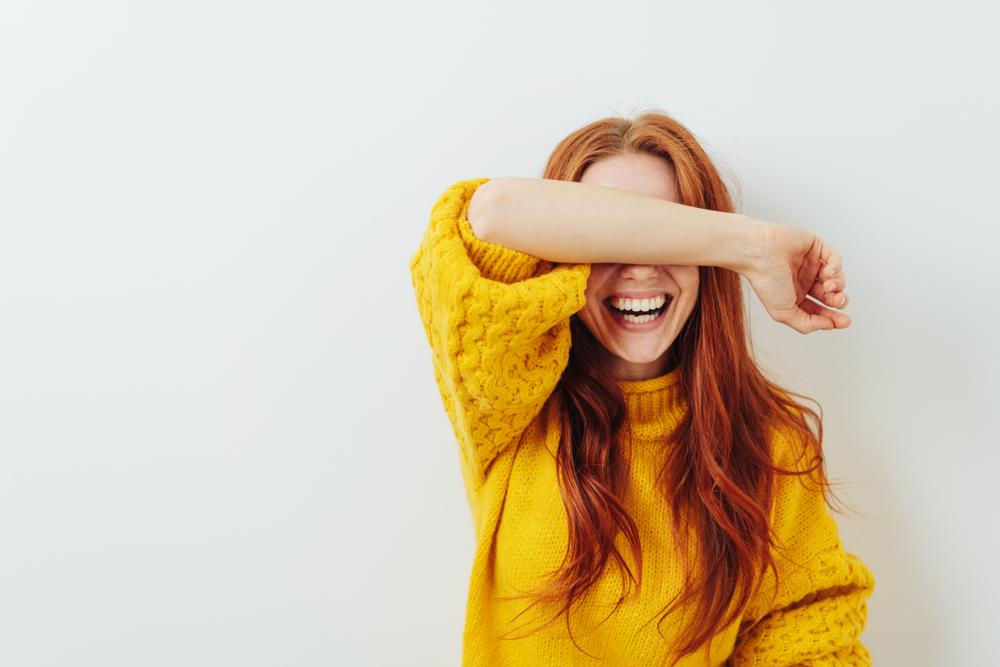 顔を隠す時の心理が不思議…気持ちを理解してみよう