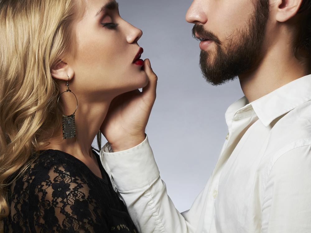 顔を触ってくる心理・男性が女性に送るサインの意味