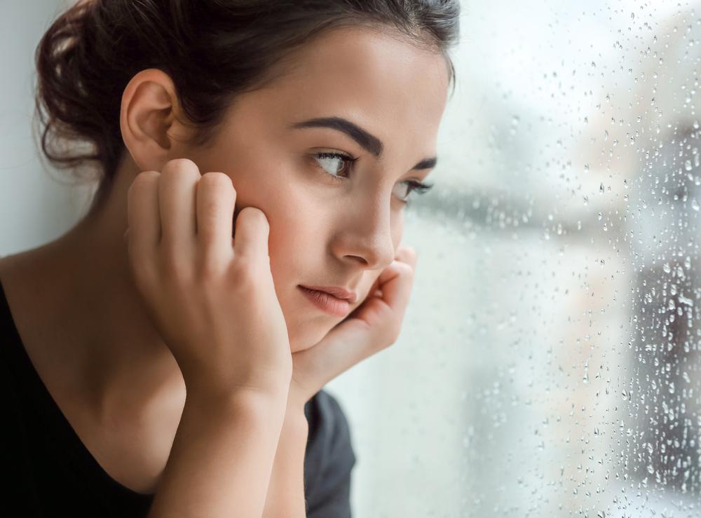 泣きたいのに泣けない心理はなぜ?感情を抑える原因について