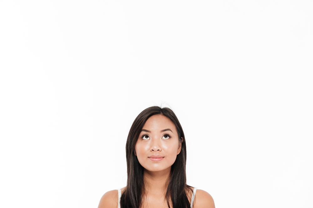 天井を見る心理はどんな時?目の動きでわかる相手の心とは?