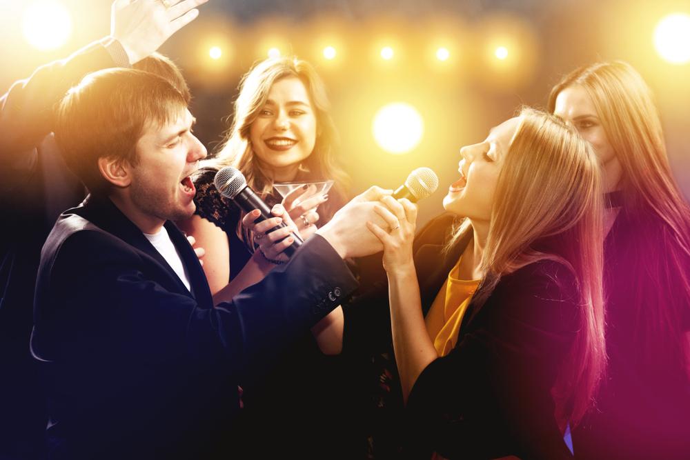 カラオケでラブソングを歌う心理になるのはどんな時?