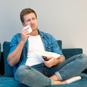 ドラマを見て泣く男性の心理について・涙もろい人の魅力はなに?